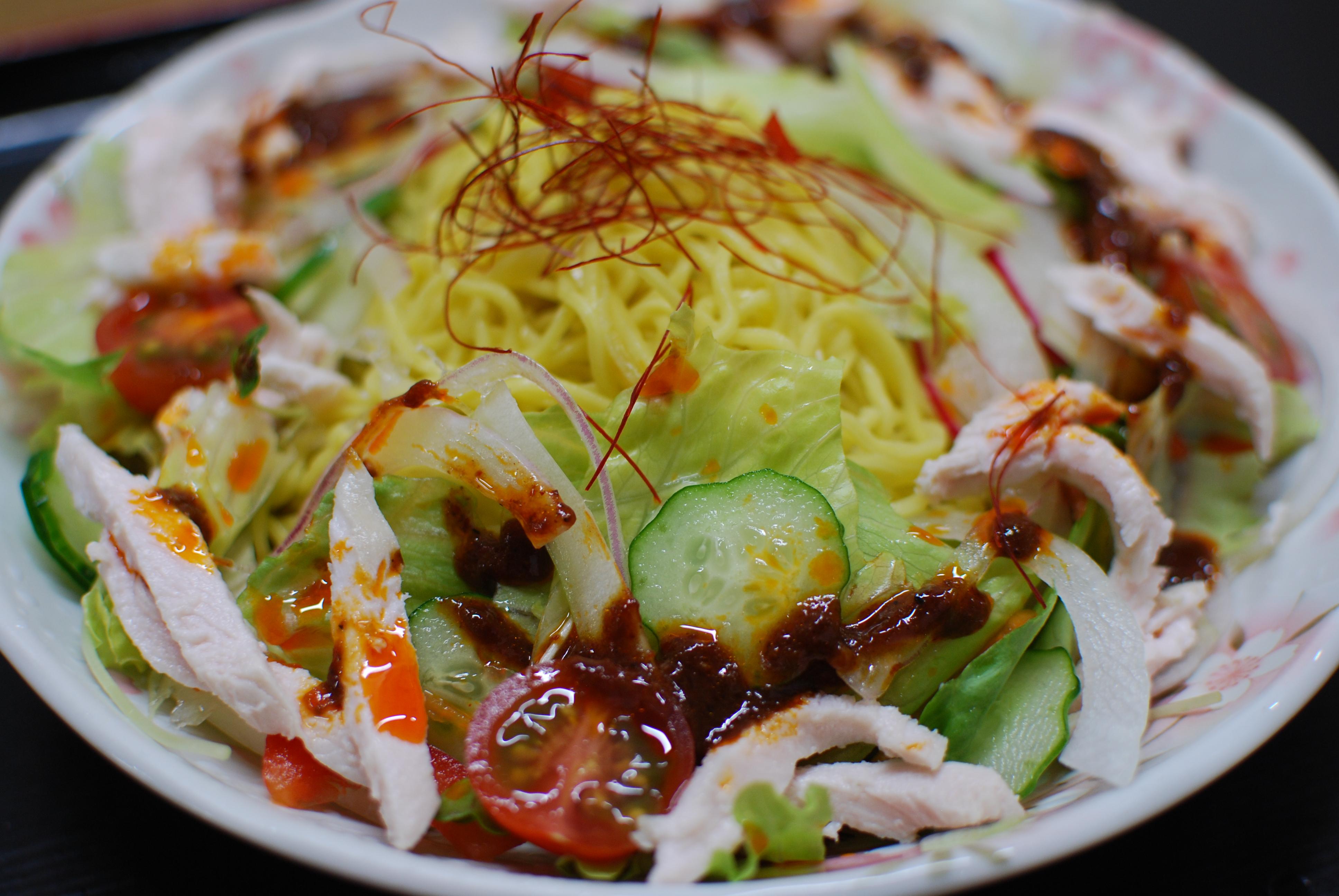 冷やしサラダ麺(赤)の写真